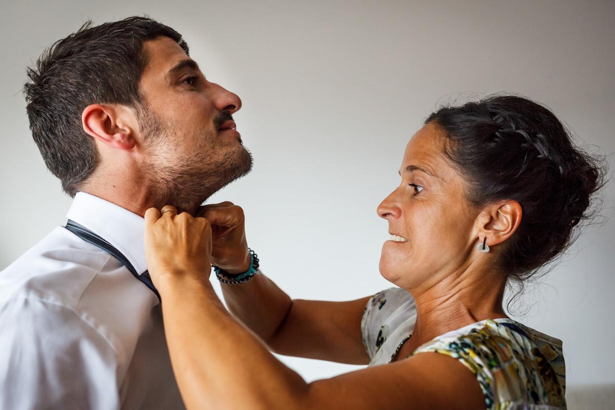 Hermana del novio ajusta corbata