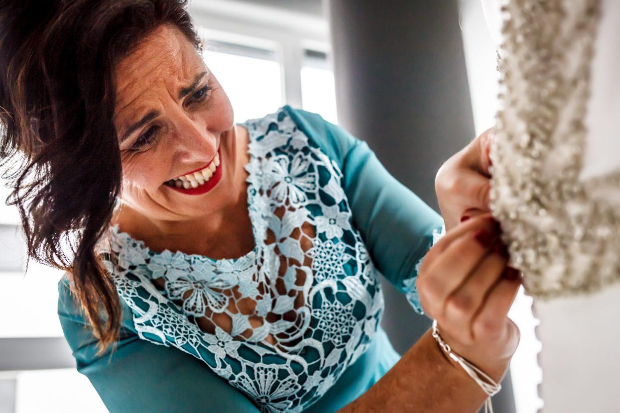 Madre ajusta vestido de novia