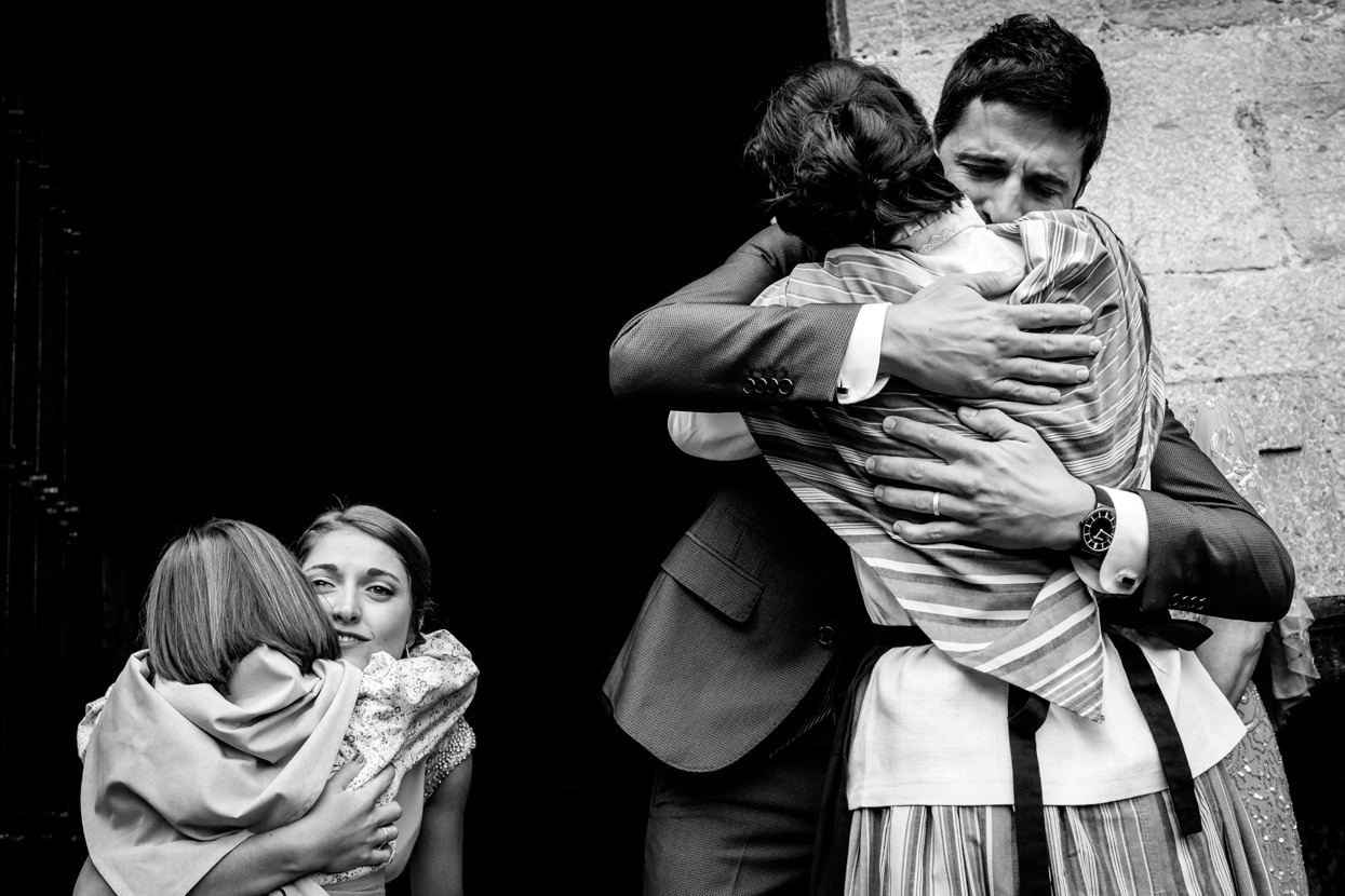 Novios abrazan familiares en Amasa