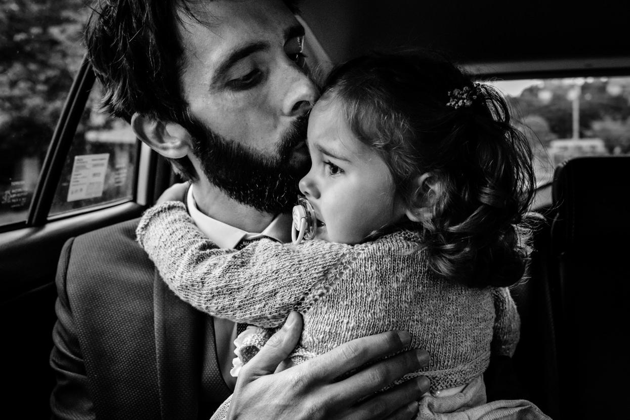 Novio y niña en boda en Donostia