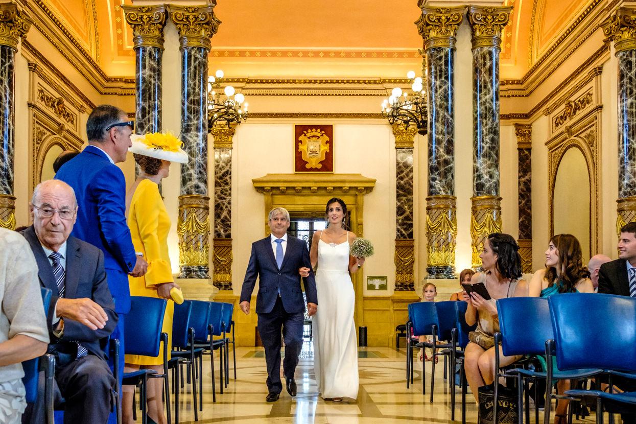 Novia llega a ceremonia de boda en Ayuntamiento de Donostia