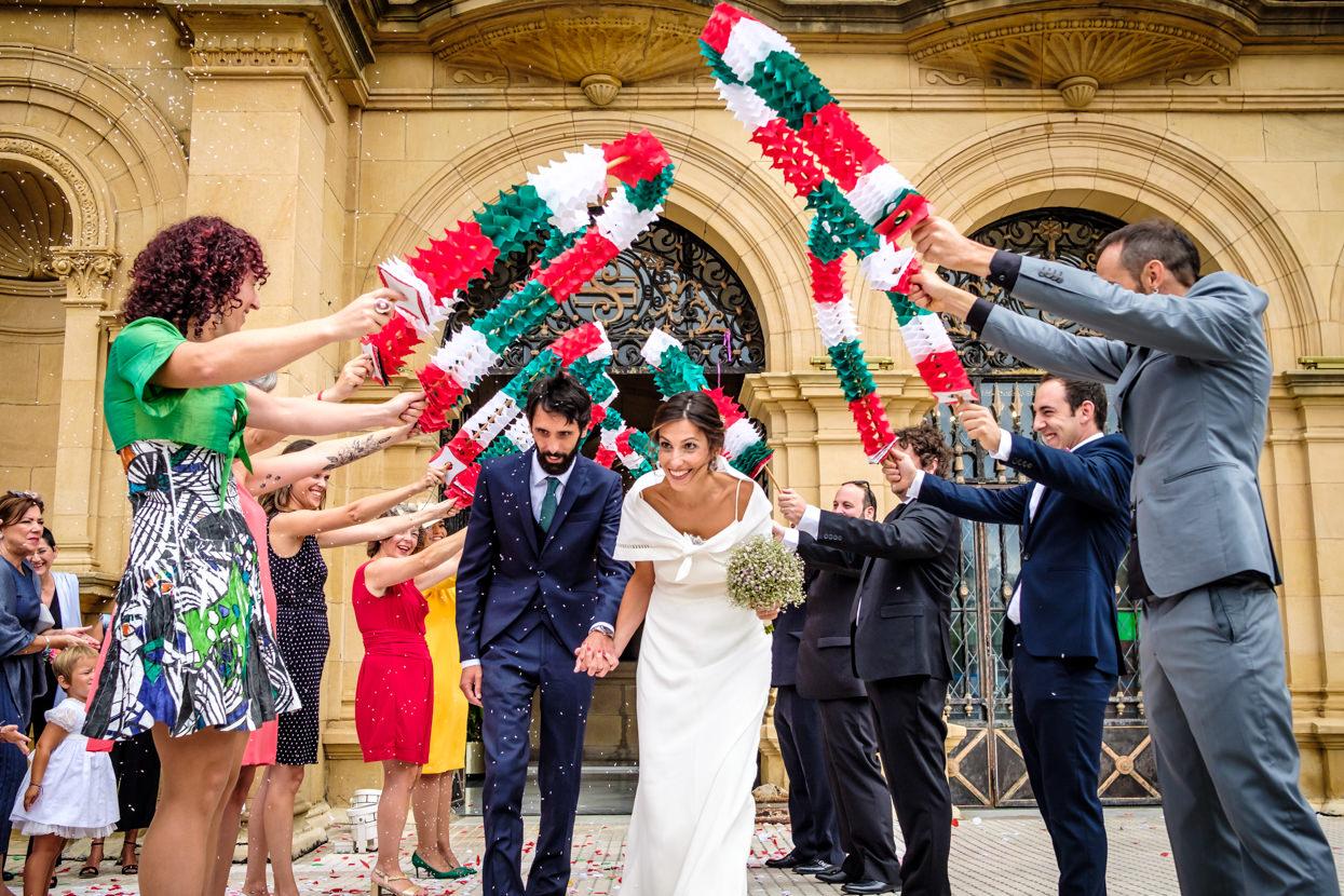 Salida novios de ceremonia de boda en ayuntamiento de donostia