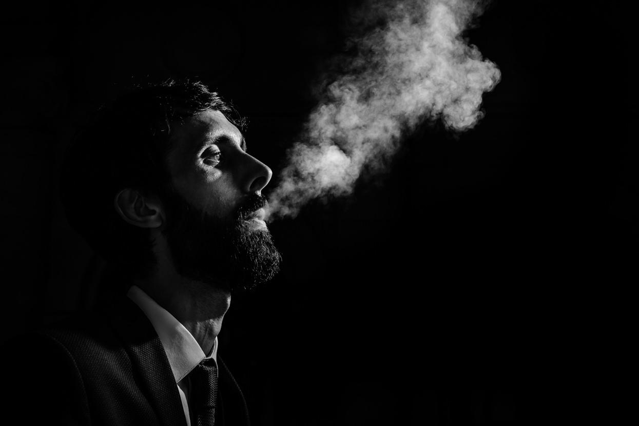 Retrato de novio fumando en boda