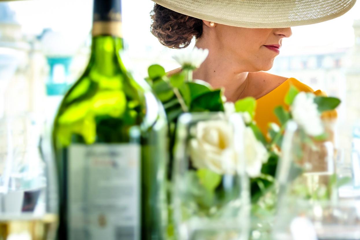 Invitada de boda en restaurante Nineu
