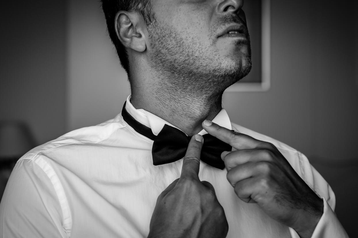 Preparativos de novio en el hotel de Londres. Pajarita