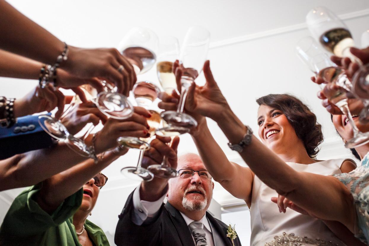 Preparativos de novia en boda en el hotel María Cristina. Brindis con invitados