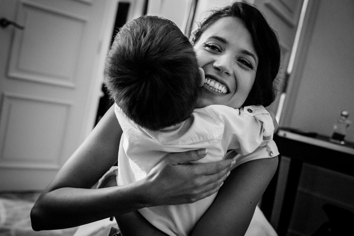 Novia abraza niño en boda en el hotel María Cristina