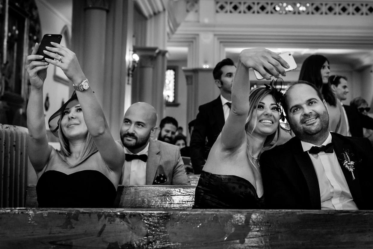 Invitados de boda en ceremonia. Selfie
