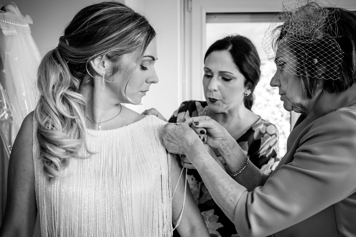 Madre y hermana ajustan vestido de novia