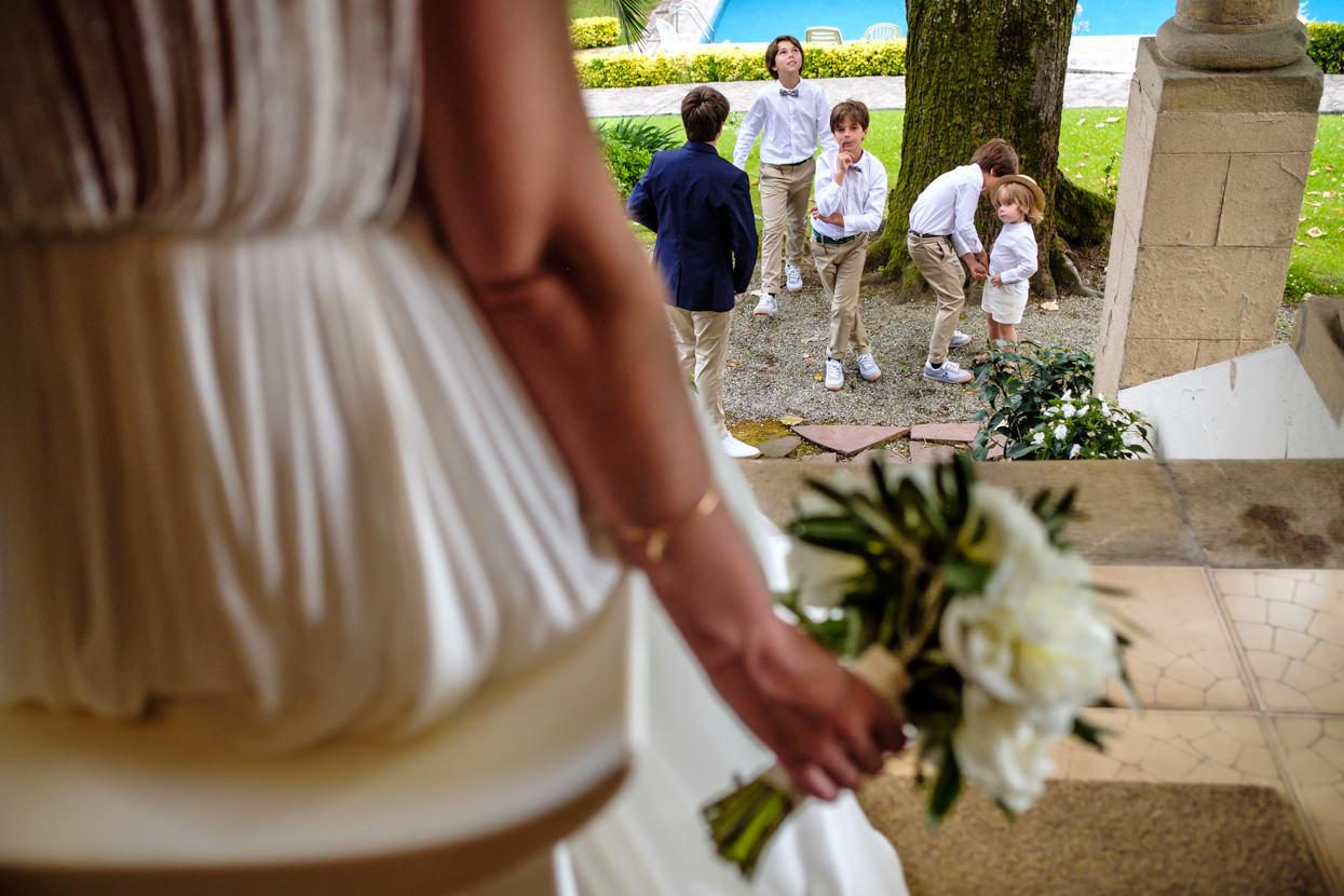 Sobrinos de boda mirando a novia