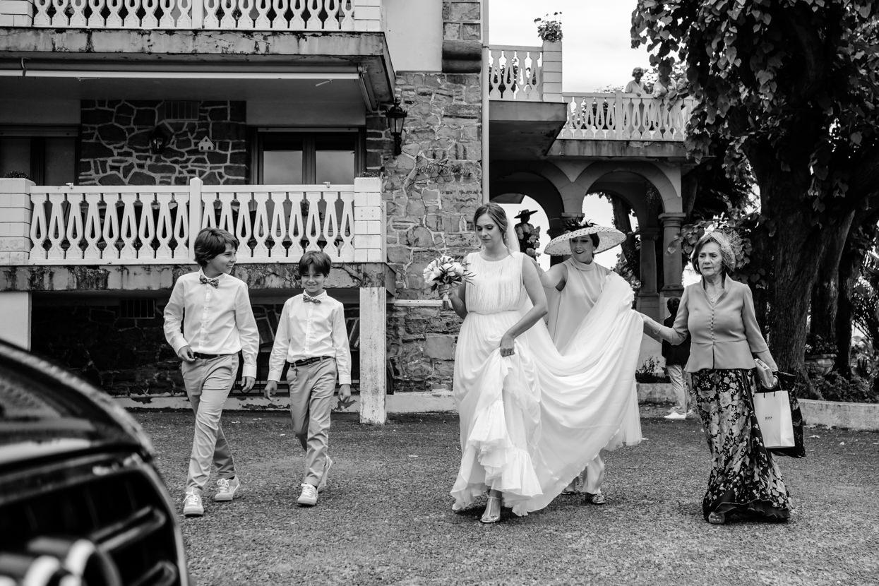 Novia camina hacia boda en Fagoaga