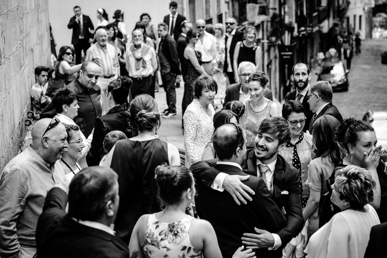 Novio abraza invitados antes de ceremonia de boda en Hondarribia