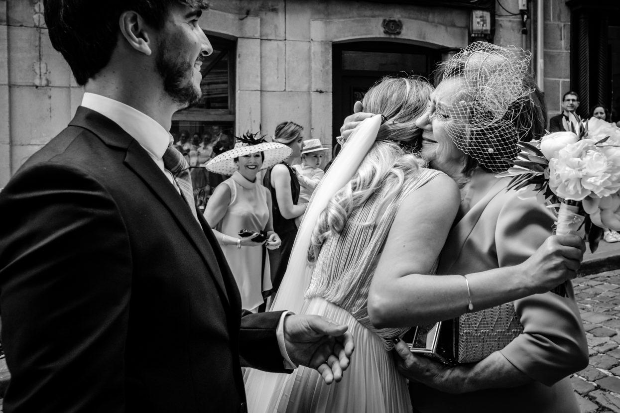 Madre abraza novia en boda