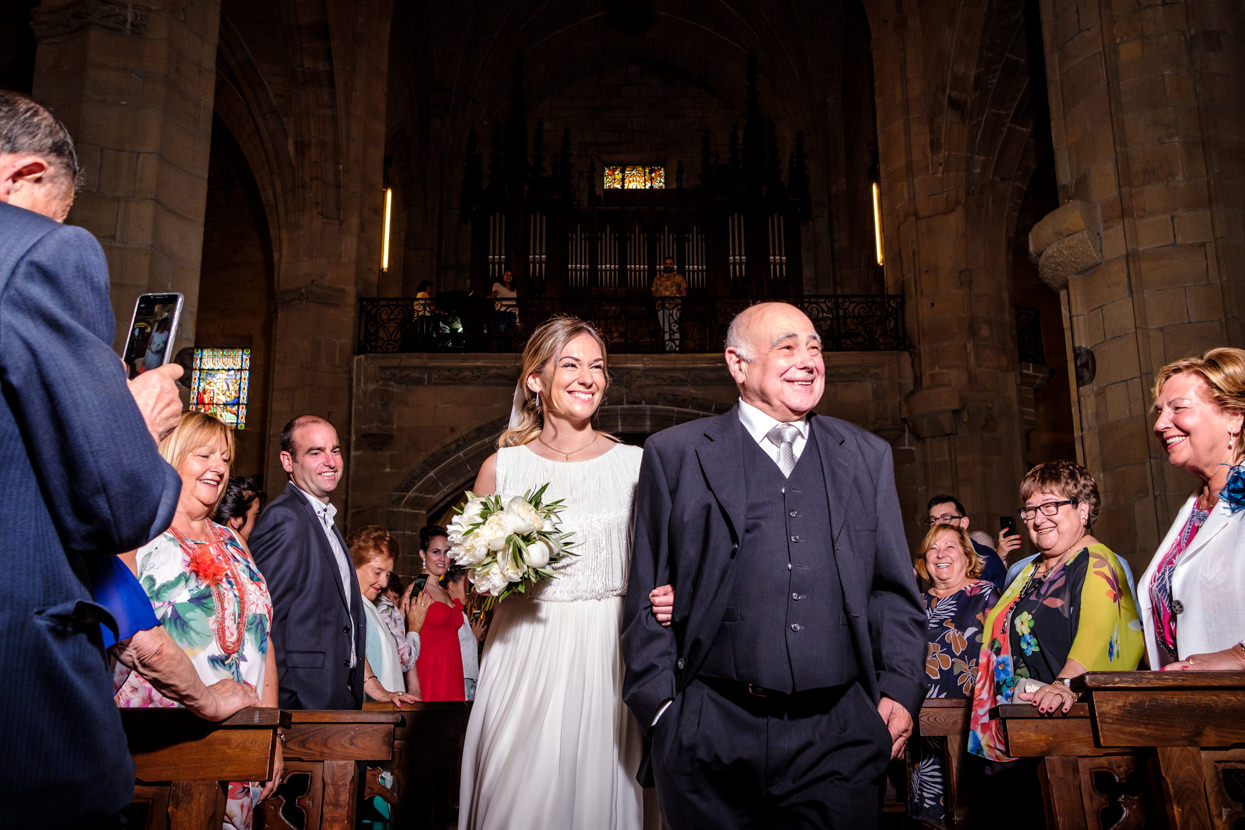 Novia llega a ceremonia de boda con padre
