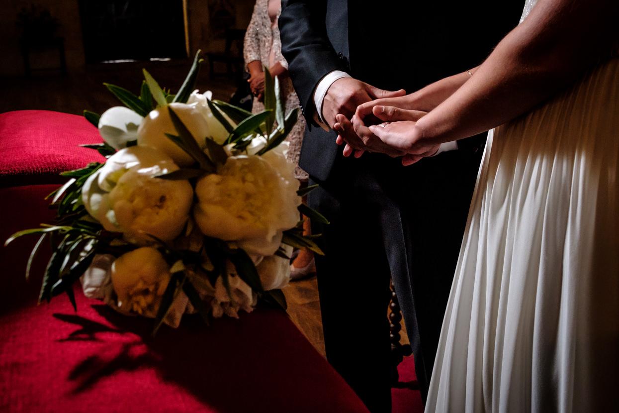 Novios se cogen de la mano en ceremonia de boda