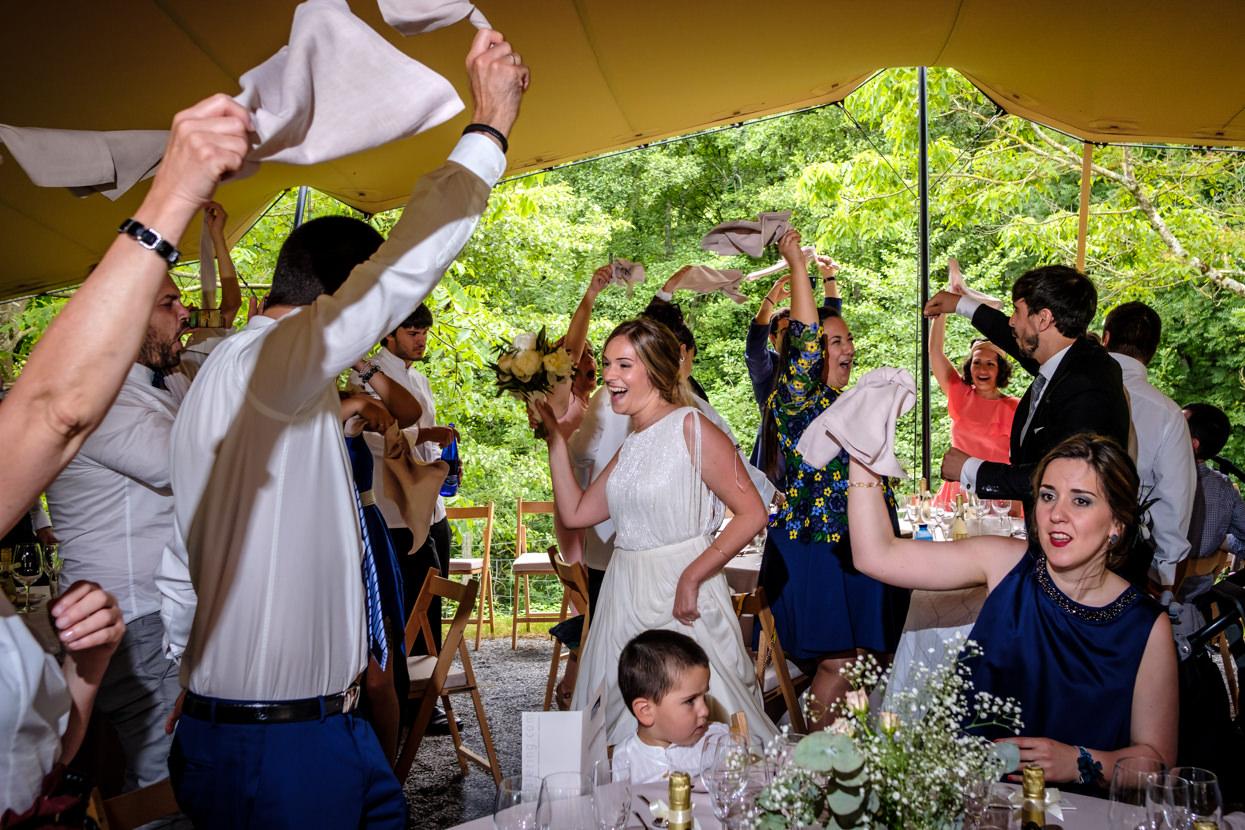 Novios llegan a banquete de boda
