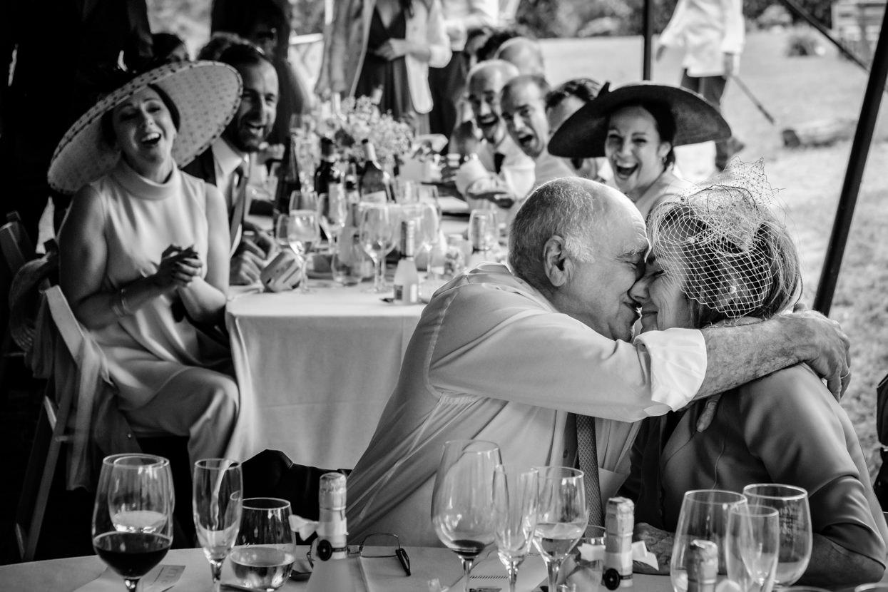 Padres de novia se besan en banquete de boda