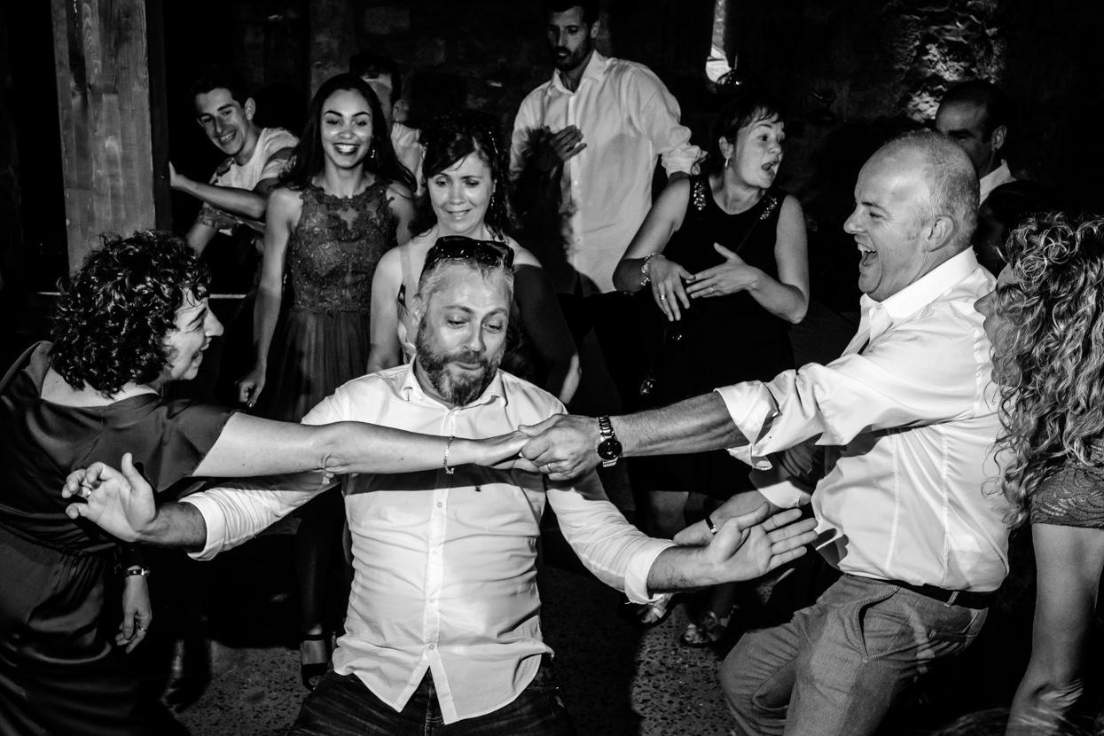 Invitados bailan en boda