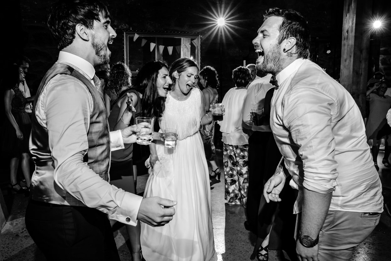 Novios cantan con invitados en fiesta de boda