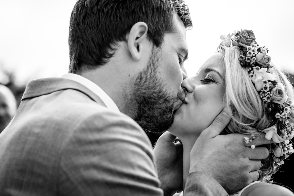 fotógrafo de boda en donostia novios besándose