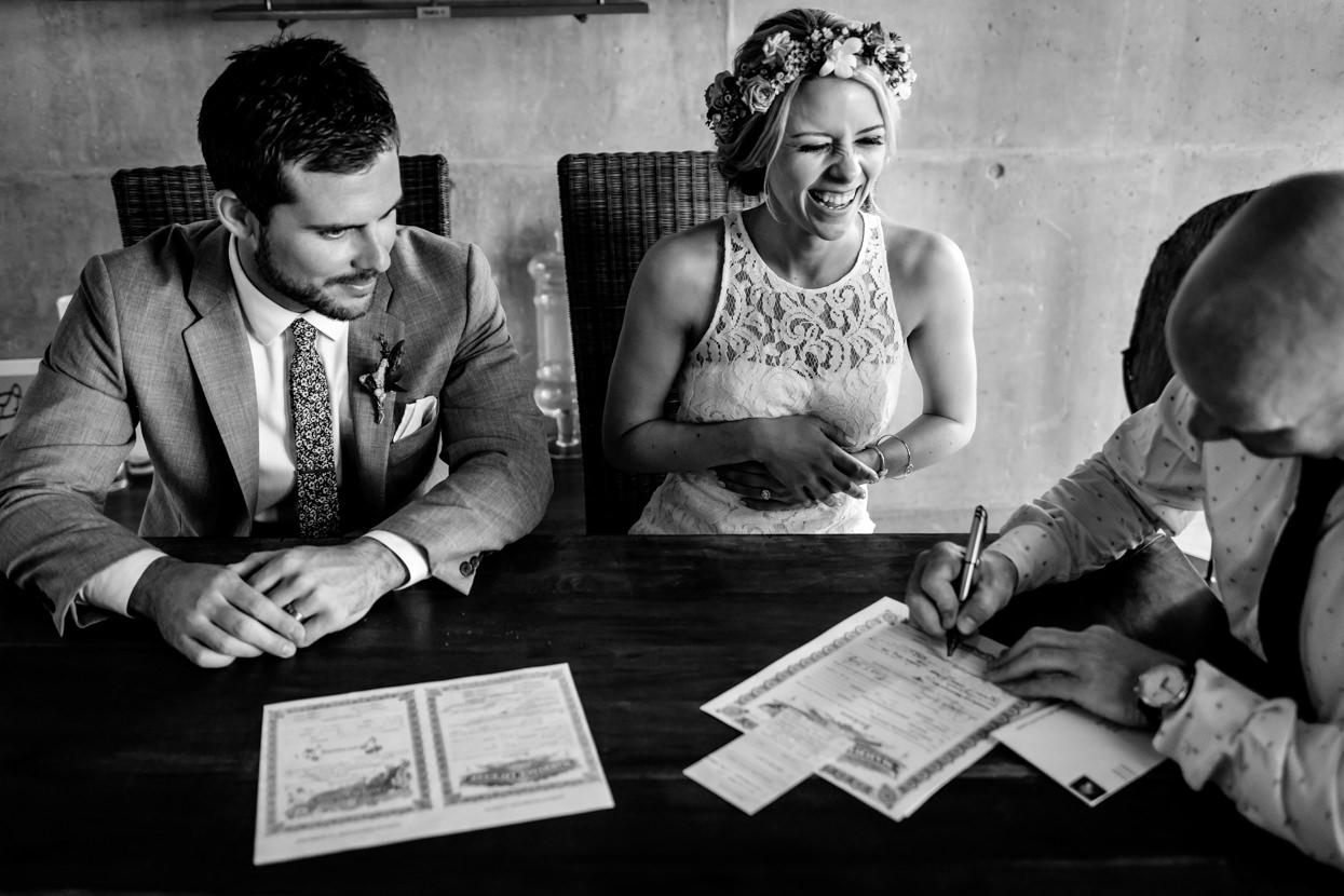 boda en finca en igeldo firmando los papeles