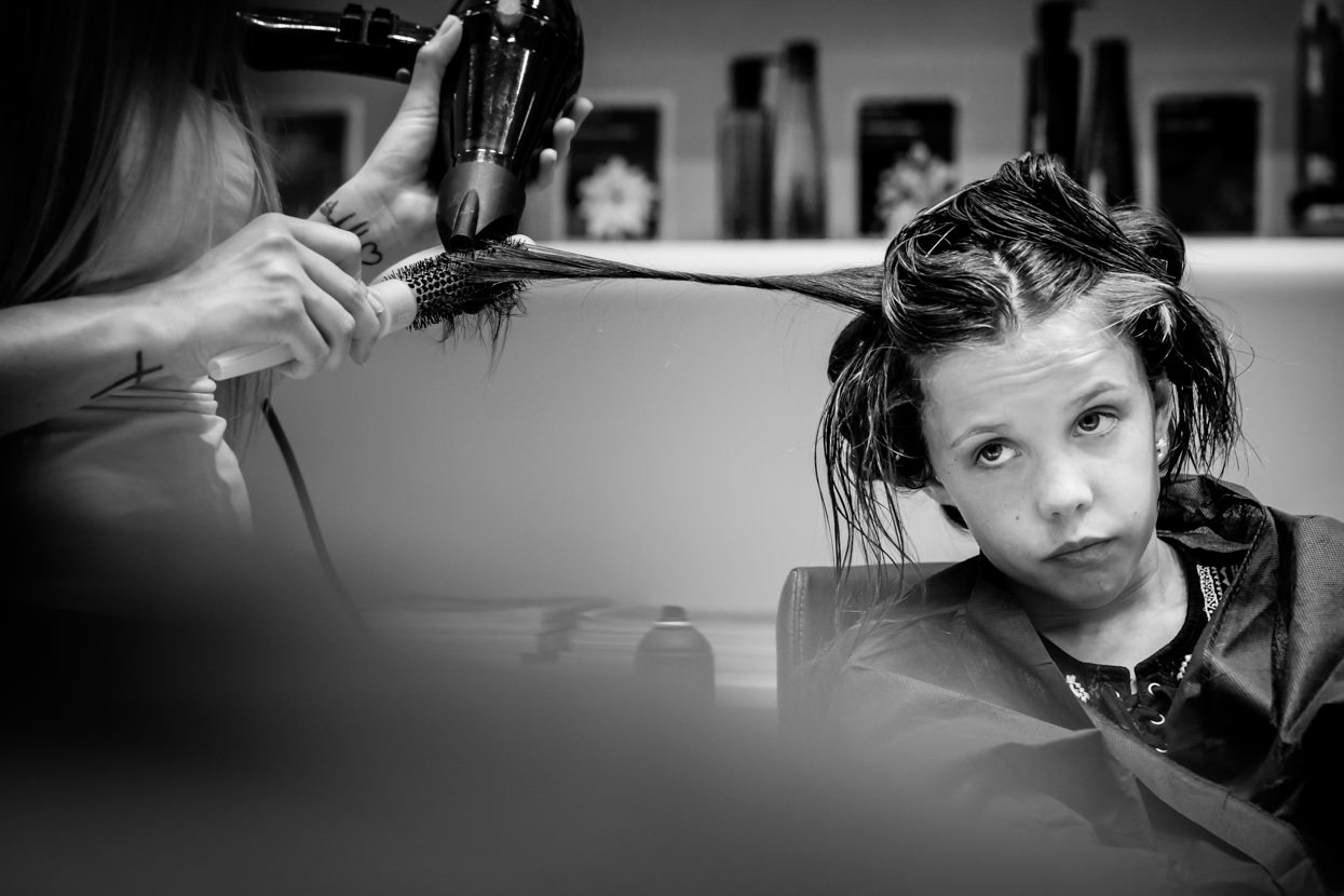 fotografo de boda en donostia dama de honor en la peluquería