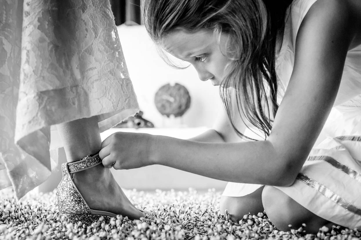 boda en igeldo dama de honor poniendo zapato
