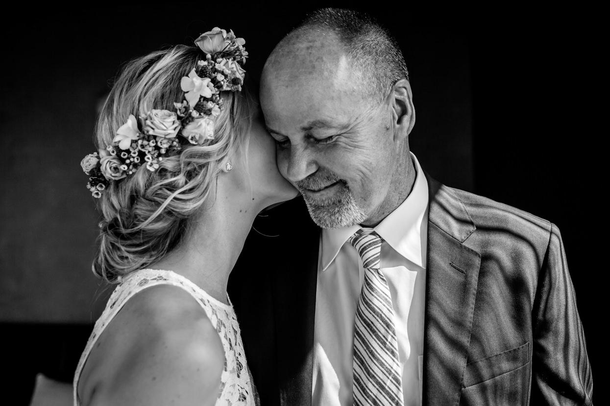destination wedding donostia novia besando a su padre