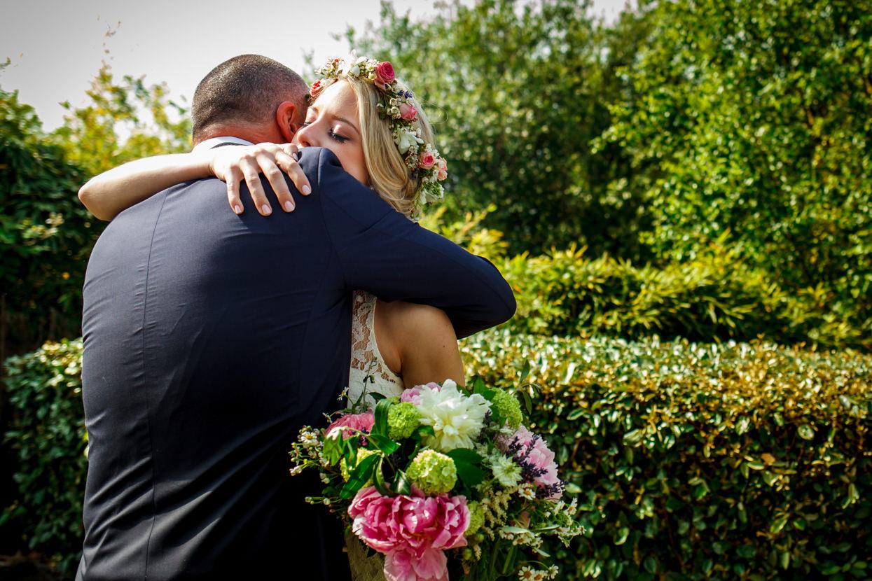 boda en igeldo abrazo en la ceremonia