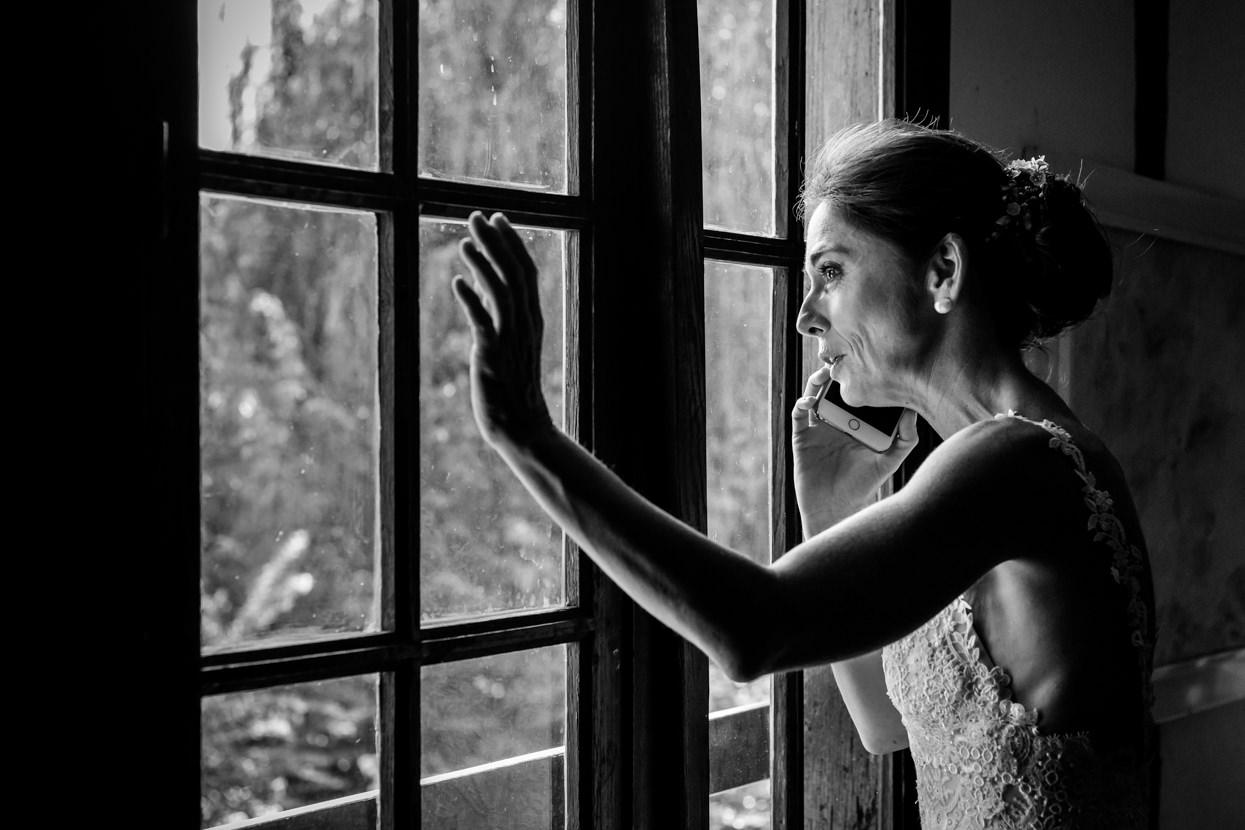 Novia al teléfono en boda en finca Machoenia