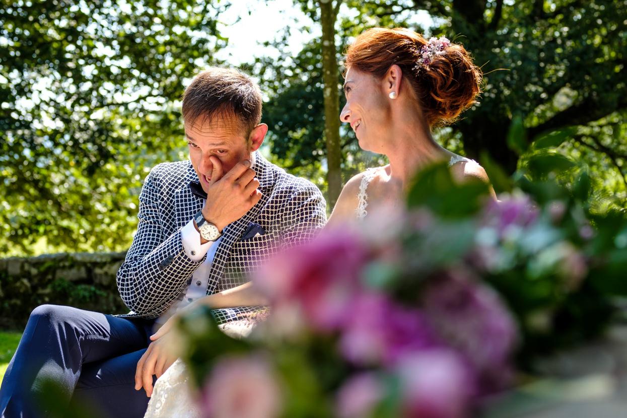 Novio se emociona en ceremonia en boda en Machoenia