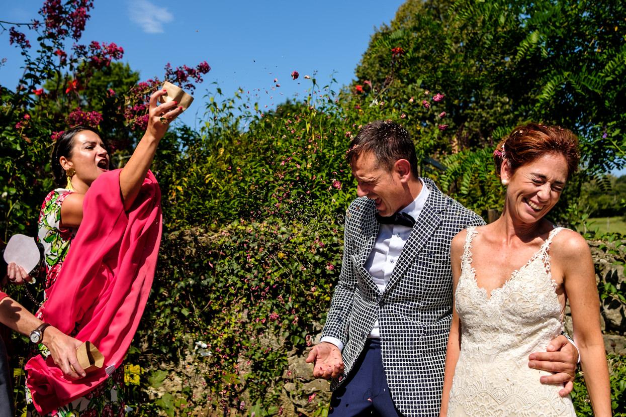 Lluvia de pétalo de flores en boda al aire libre