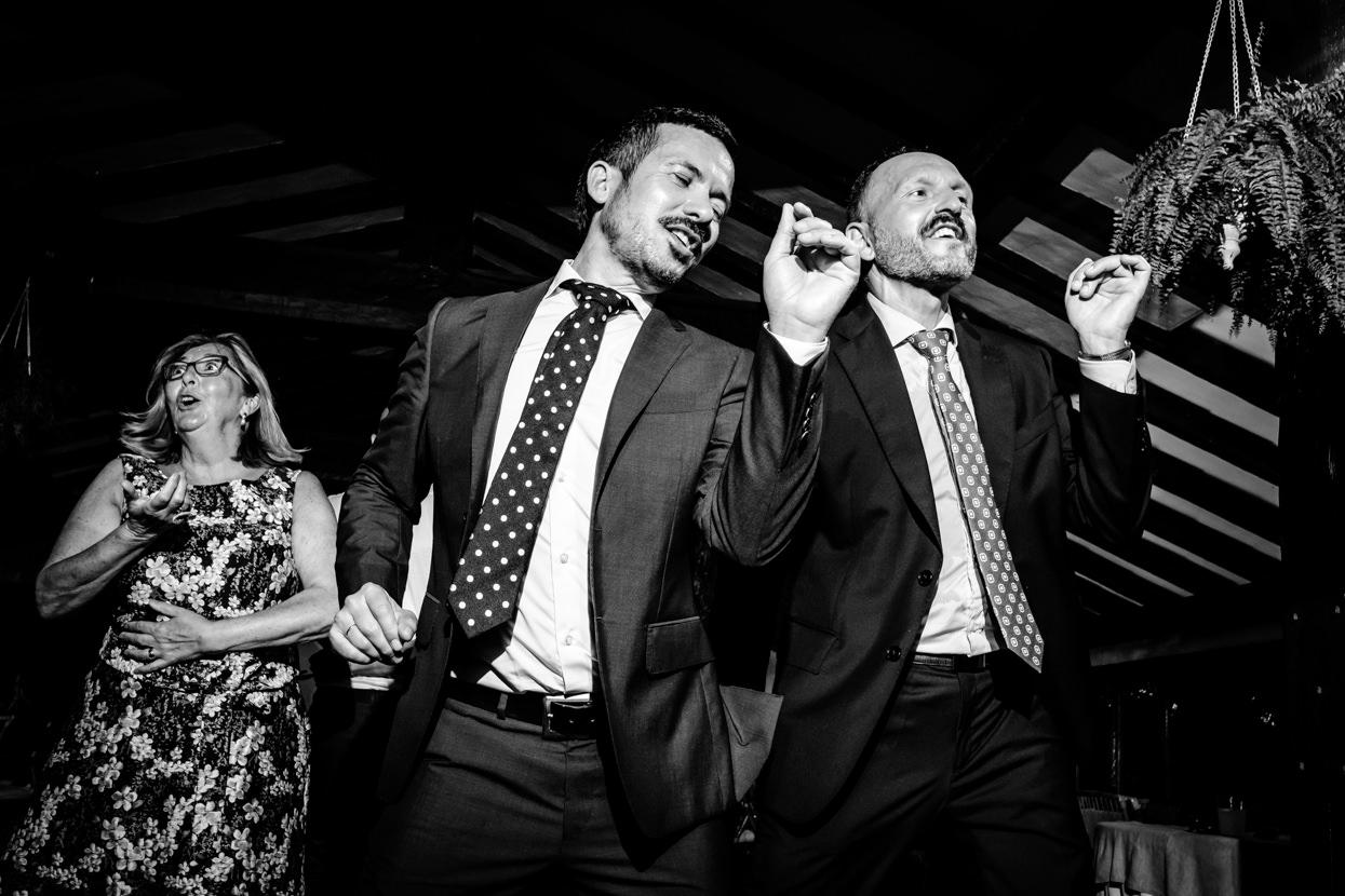 Invitados bailan en fiesta de boda