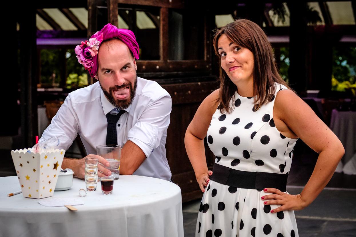 Invitados bromean en fiesta de boda