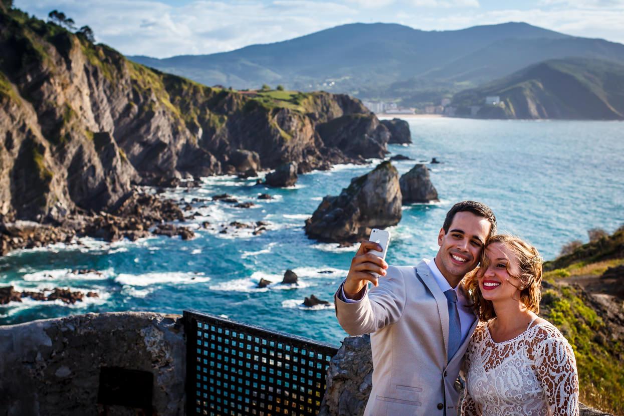 Novios hacen selfie de boda
