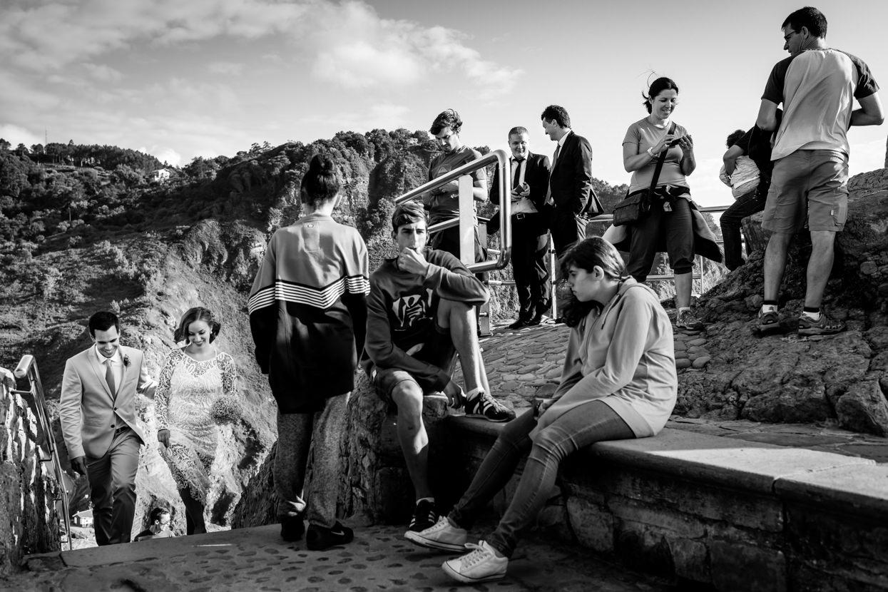 Novios llegan a ceremonia de boda