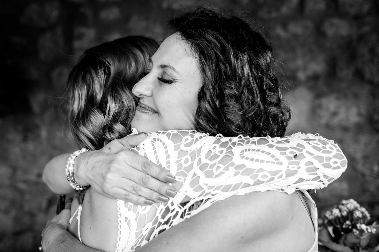 Abrazo de madre y novia en boda
