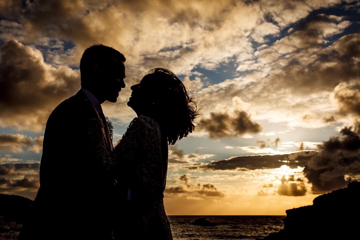 Foto de pareja de boda al atardecer