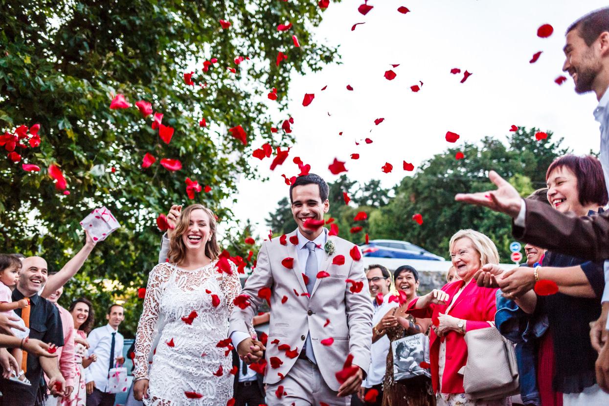 Lluvia de pétalos de flores en boda en Bizkaia