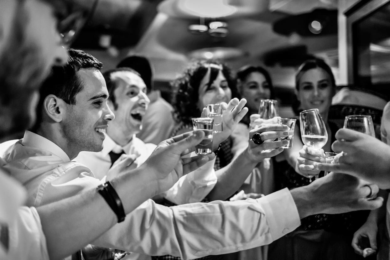 Novio brinda con invitados de boda