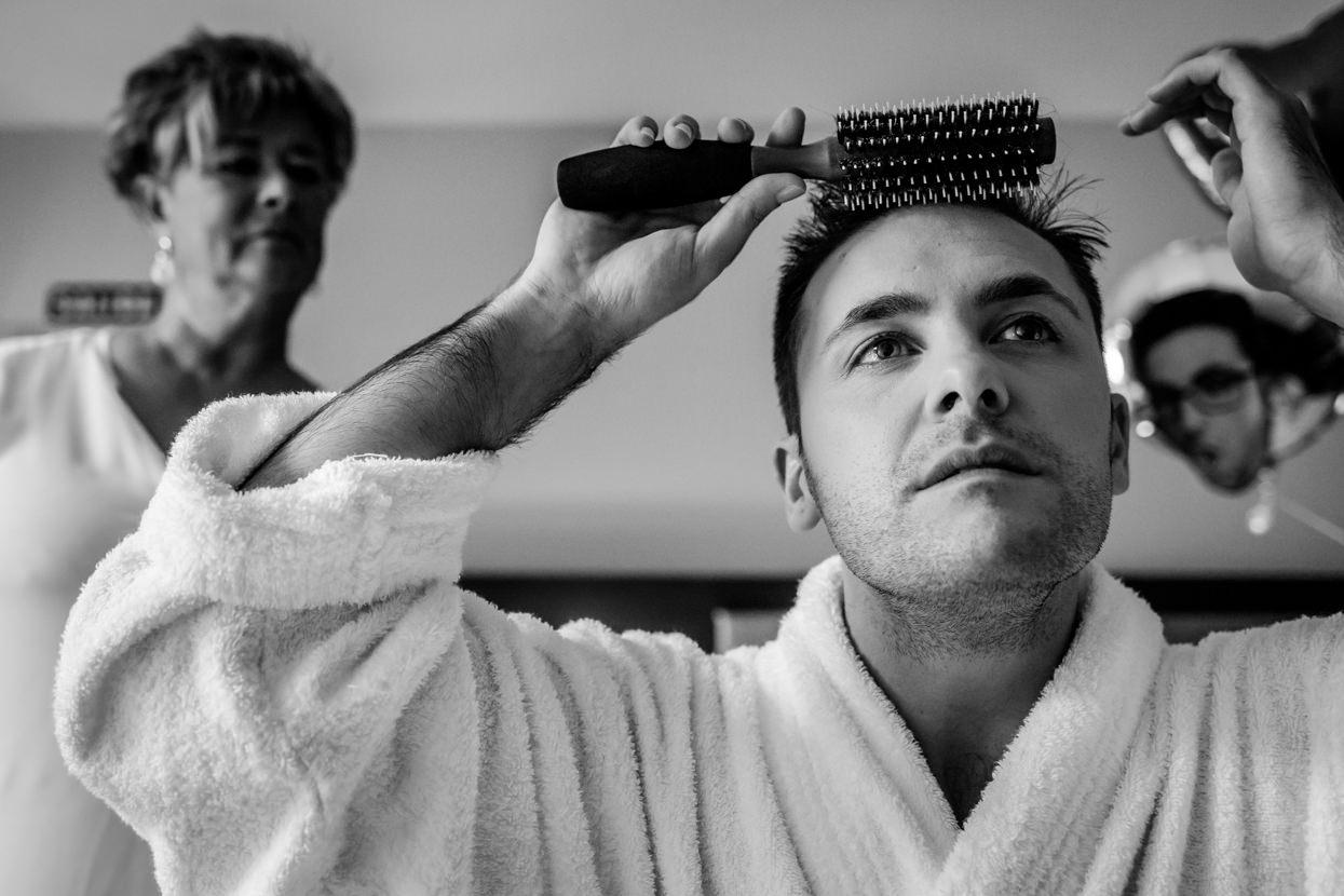 Preparativos del novio en boda en el hotel balneario Elgorriaga