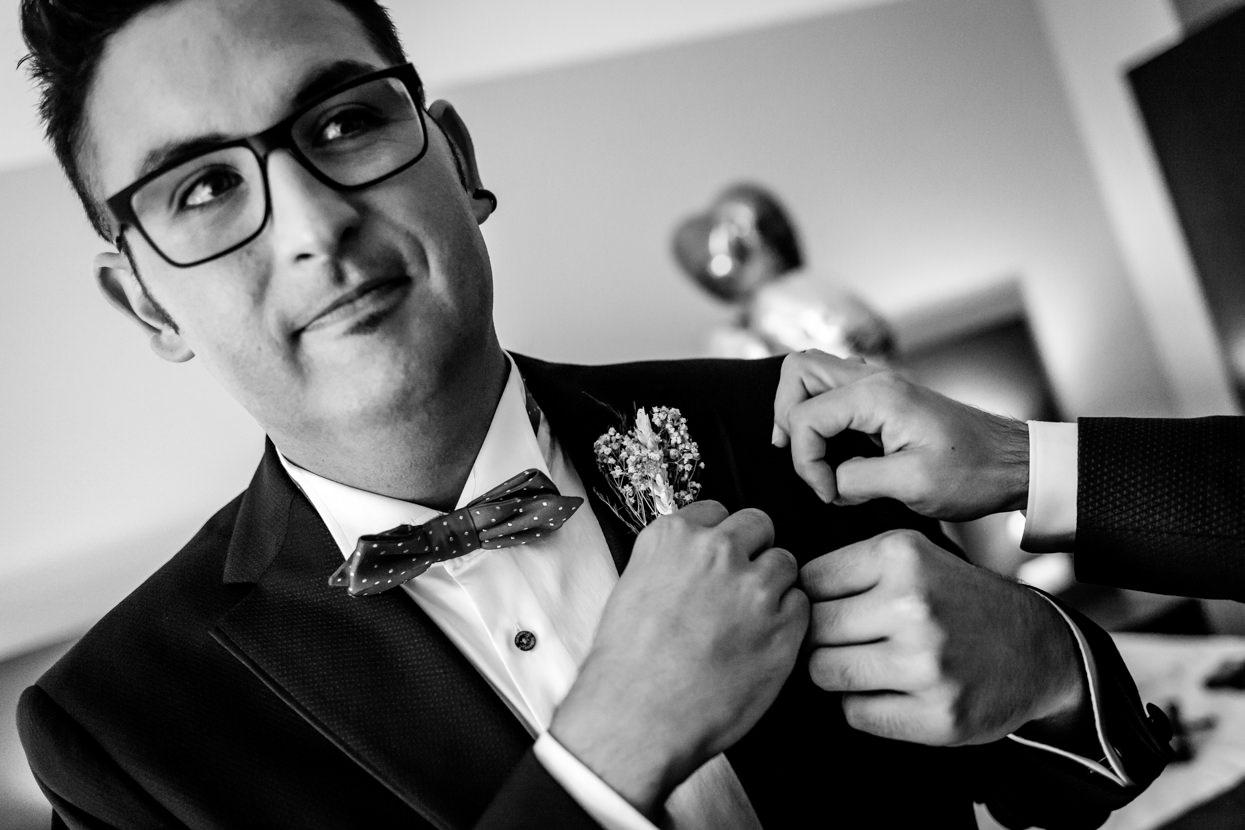 Preparativos del novio en boda en el hotel balneario Elgorriaga. Detalle de traje de novio