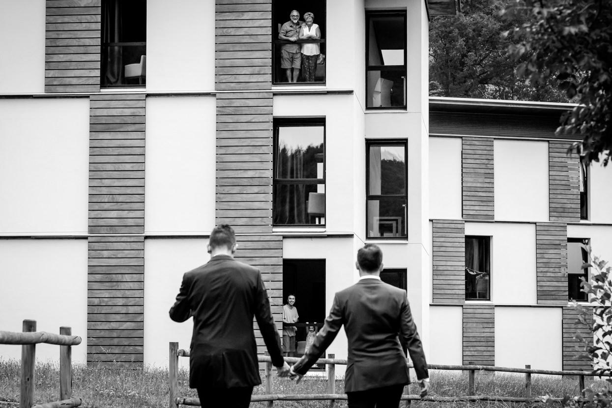 Fotografía de pareja con invitados en boda en Navarra