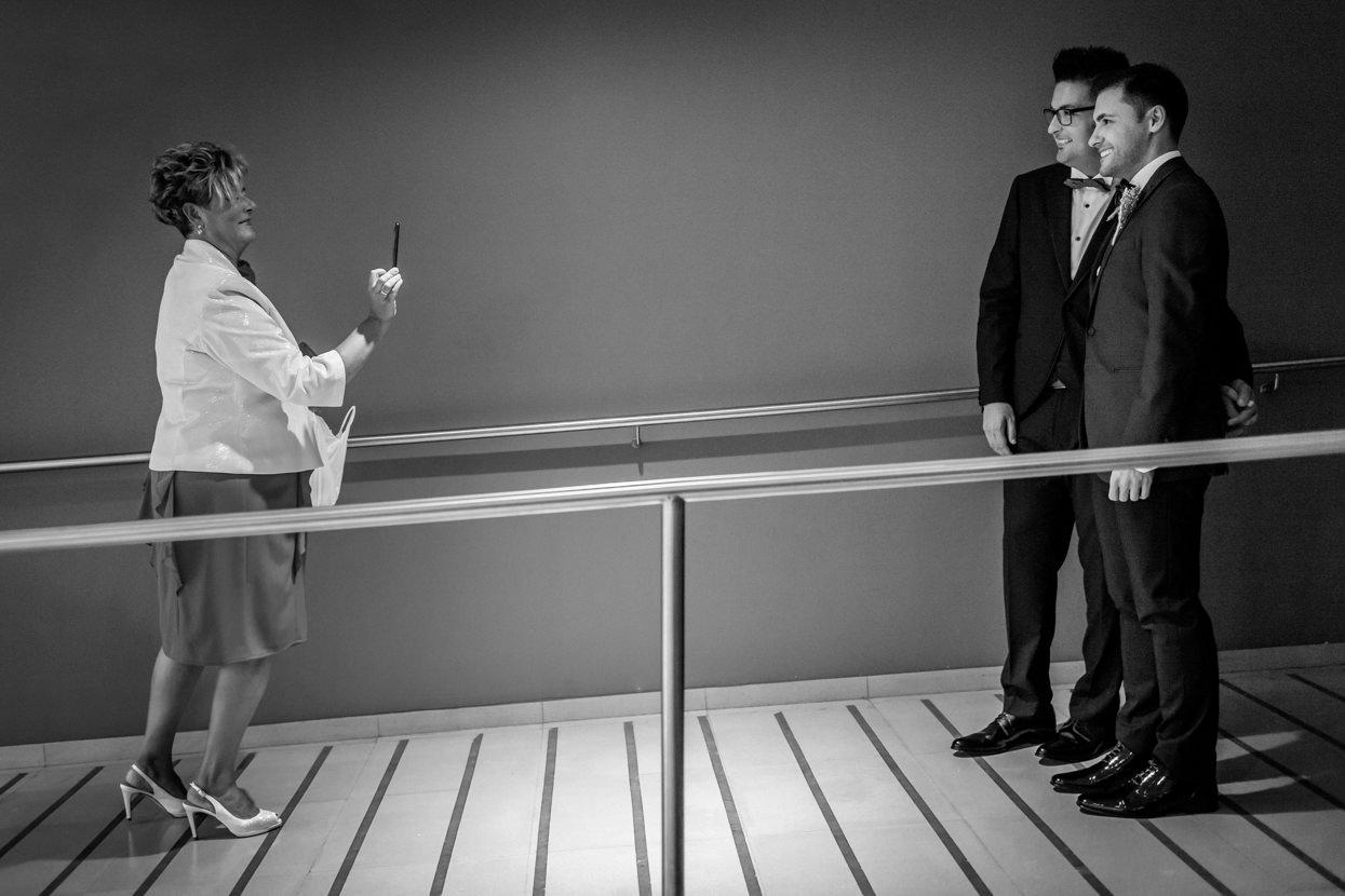 Madre del novio saca foto en boda en el hotel balneario Elgorriaga