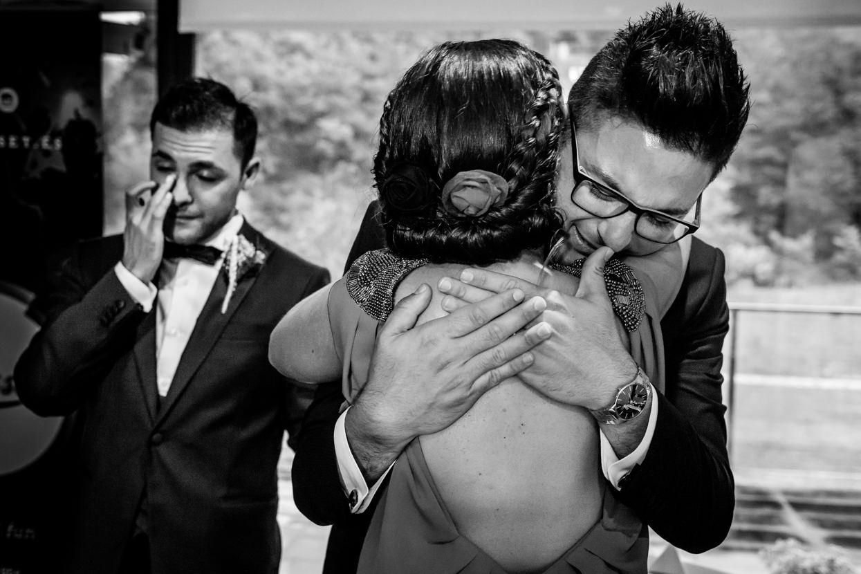 Abrazo del novio en ceremonia de boda en Navarra