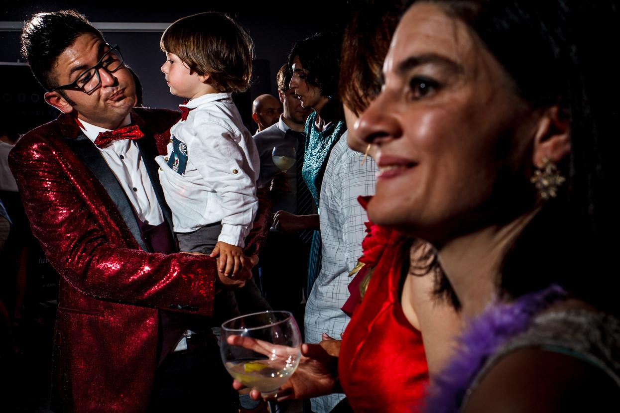 Novio con niño en fiesta de boda