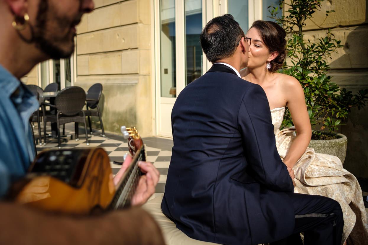 Destination wedding photographer in San Sebastian. Beso de novios