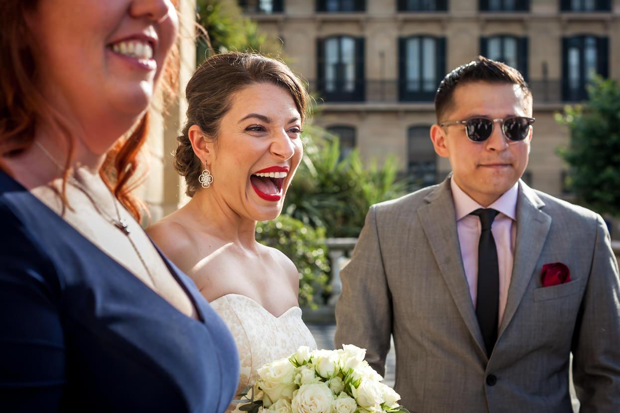 Novia feliz en boda en San Sebastián