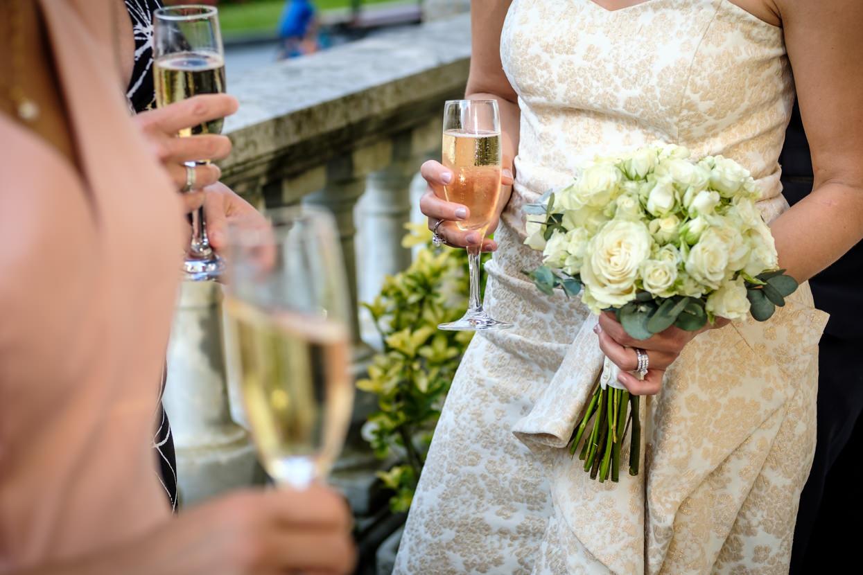 Ramo de flores de novia y champán