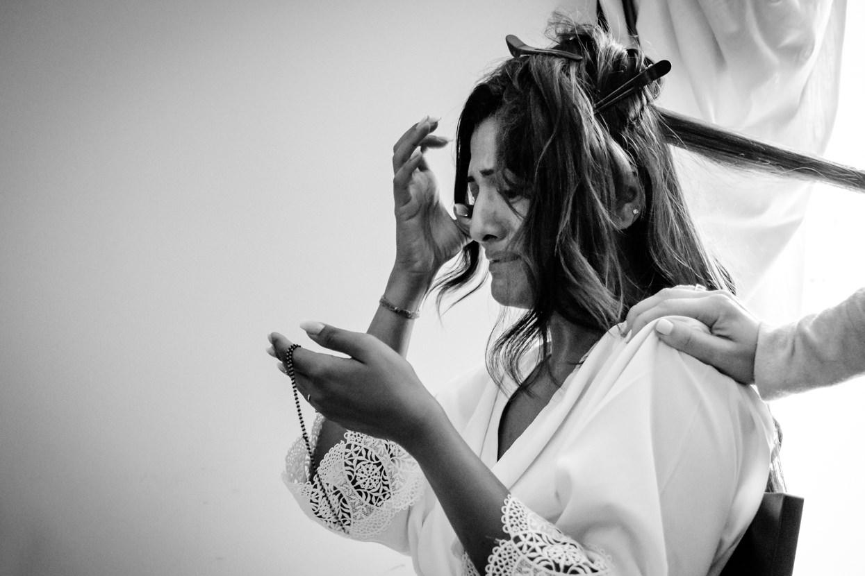 Novia emocionada recibe regalo. Destination wedding photographer in San Sebastian